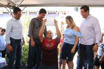 Aguilar Junior entrega 454 títulos de regularização de imóveis aos moradores dos loteamentos Jorgin Mar e Habitar Brasil (Foto: Luis Gava/PMC)