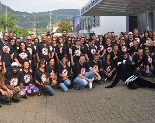 Equipe da Saúde posa para foto com camisa preta com símbolo de Proibido mosquito da dengue