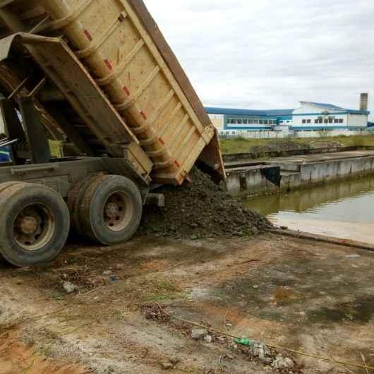 Prefeitura promove aterramento de piscina desativada no Perequê-Mirim
