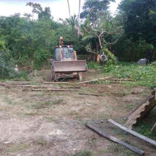 Equipe de fiscalização da Prefeitura e Polícia Militar Ambiental realizam retomada de área pública invadida