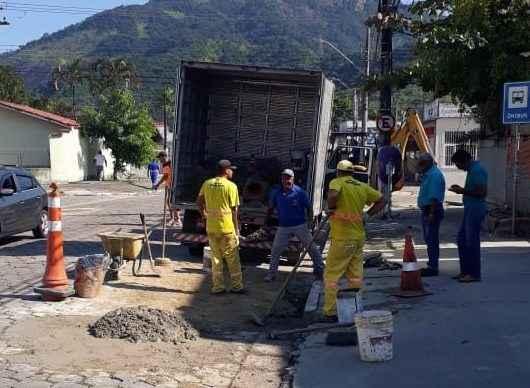 Prefeitura melhora drenagem construindo nove bocas de lobo em avenida próxima ao AME no Indaiá