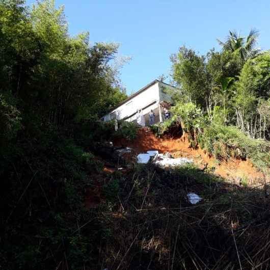 Casa com risco de desabamento é demolida na Serrinha da Olaria