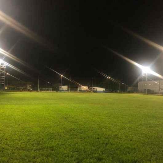 Prefeitura continua obras de iluminação em campos de futebol