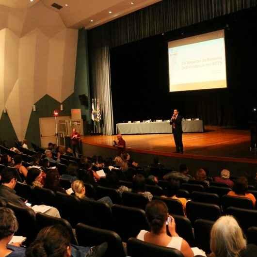 Seminário de gestão previdenciária reúne cerca de 300 pessoas no Teatro Mario Covas em Caraguatatuba