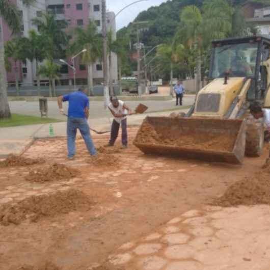 Prefeitura continua limpando as ruas do bairro Prainha com mais de 40 funcionários