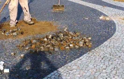 Prefeitura realiza manutenção de espaços públicos com piso em pedras portuguesas