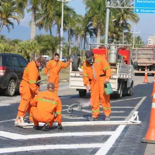 Sinalização da avenida da praia no centro recebe serviços de revitalização