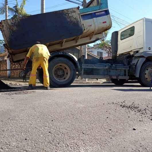 Operação Tapa-Buracos chega em ruas do bairro Indaiá
