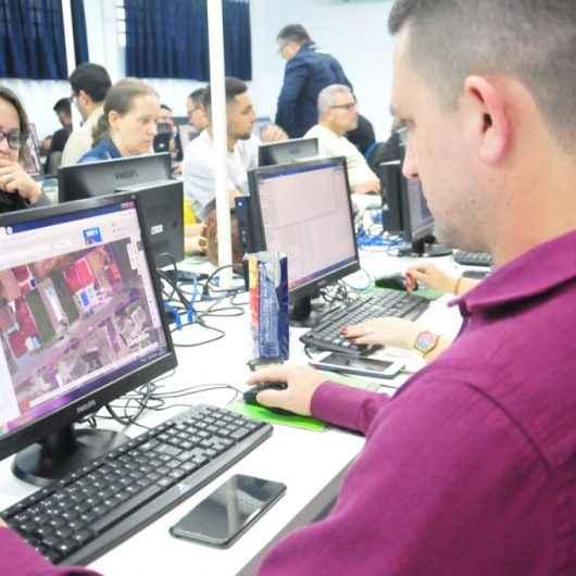 Funcionários da Prefeitura de Caraguatatuba aprendem a inserir dados em software de geotecnologia