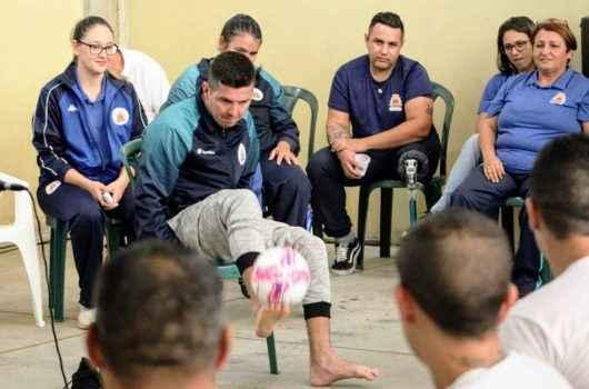 Superação: atletas com deficiência trocam experiências com detentos do CDP
