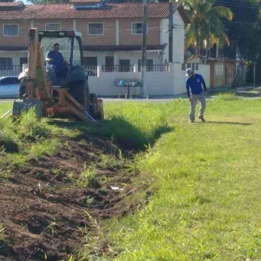 Vala de drenagem na Praça Rui Barbosa, no Porto Novo, recebe serviços de limpeza e desassoreamento