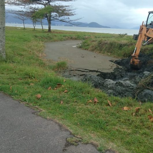 Prefeitura realiza o desassoreamento de valas de drenagem no Porto Novo