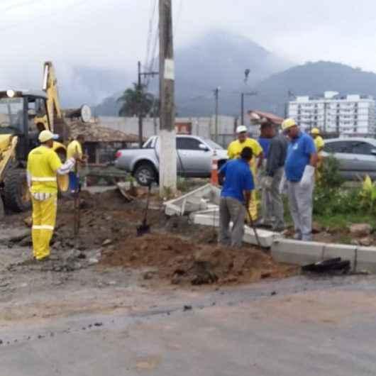 Prefeitura realiza recapeamento asfáltico e instalação de guias no bairro Massaguaçu