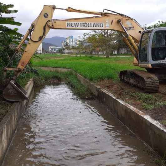 Na prevenção de enchentes, Prefeitura realiza limpeza de canal de drenagem no Jardim do Sol