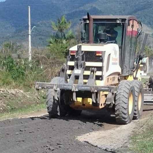 Prefeitura realiza nivelamento e cascalhamento nas ruas do Pegorelli