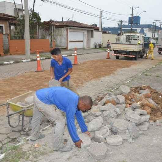 Prefeitura faz troca de bloquetes em avenida do Indaiá