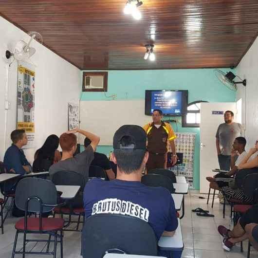 Agente de trânsito de Caraguatatuba dá aula para futuros motoristas e explica função do 'marronzinho'