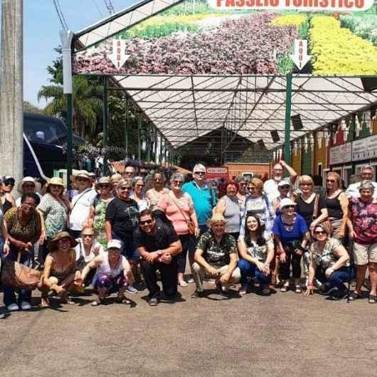Idosos e pessoas com deficiência do Ciapi visitam exposição de flores em Holambra