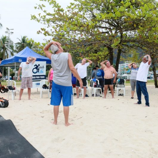 Praia para todos: Idosos e Pessoas com Deficiência vivenciam novo esporte no mar