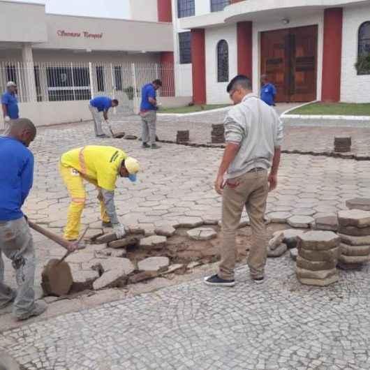 Prefeitura faz manutenção nos bloquetes em torno da Catedral do Divino Espírito Santo