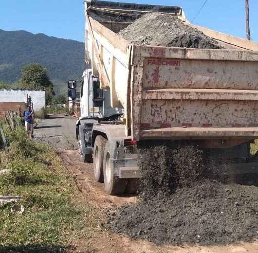 Nivelamento, cascalhamento e serviços de prevenção de enchentes são realizados na região Sul da cidade