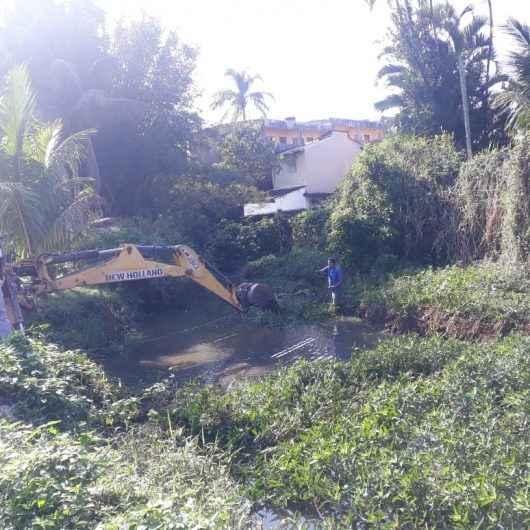 Prefeitura realiza limpeza do Rio Gracuí na região Norte