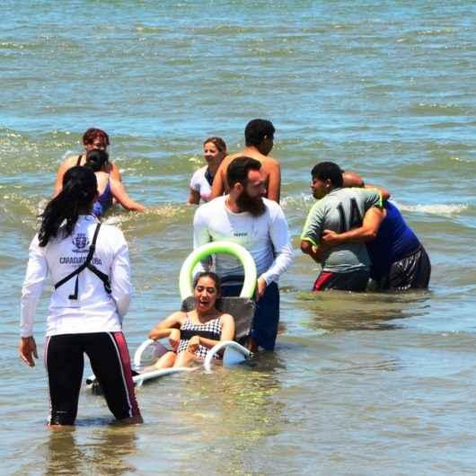 Mais de 100 alunos da APAE de Itaquaquecetuba/SP visitam Programa Praia Acessível de Caraguatatuba