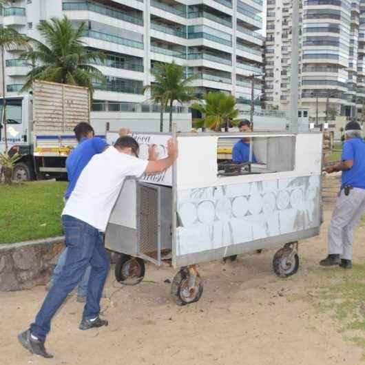 Prefeitura recolhe materiais abandonados de comércio ambulante e retira camping selvagem em praias