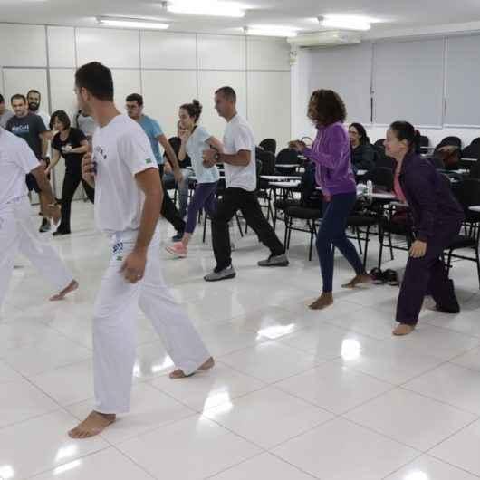 Professores e mestre de capoeira se reúnem em encontro para troca de experiências