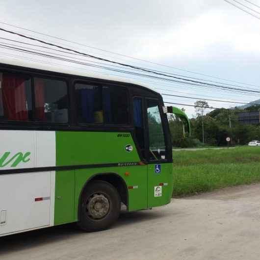 Fiscalização da Prefeitura flagra ônibus, van e banana boat irregulares em Caraguatatuba