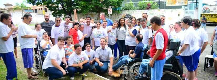 Alunos da APAE realizam plantio de mudas nativas doadas pela Prefeitura