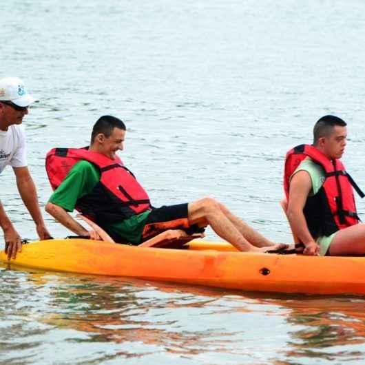Pessoas com deficiência de São José dos Campos visitam Programa Praia Acessível de Caraguatatuba