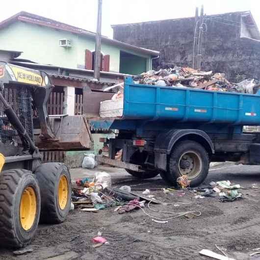 Ação conjunta retira 8 toneladas de lixo em residência do Perequê-Mirim