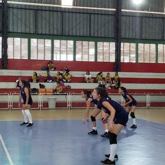 Equipe feminina conquista segundo lugar em competição de voleibol