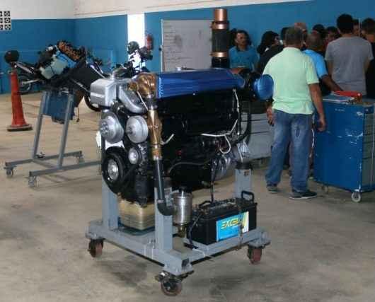 Caraguatatuba capacita alunos para auxiliar de motor portátil de popa