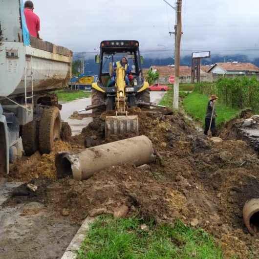 Ciclovia e serviços de prevenção de enchentes são executados na Estrada do Rio Claro