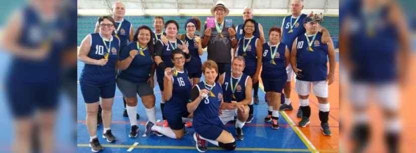 Equipe da terceira idade de Caraguatatuba é campeã do Festival de Vôlei Adaptado disputado em Ilhabela