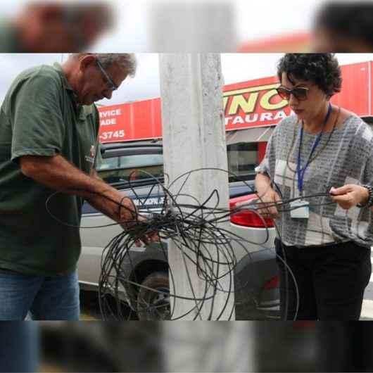 Prefeitura intensifica fiscalização e autuação de concessionárias que deixam fios soltos em vias