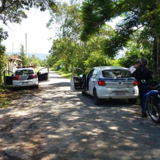 Fiscalização da Prefeitura de Caraguatatuba flagra tentativa de invasão de área pública no Perequê-Mirim