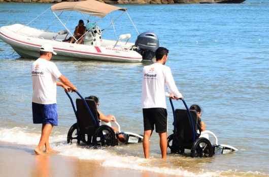 Praia para todos: Caraguatatuba garante atividades gratuitas para pessoas com deficiência e idosos