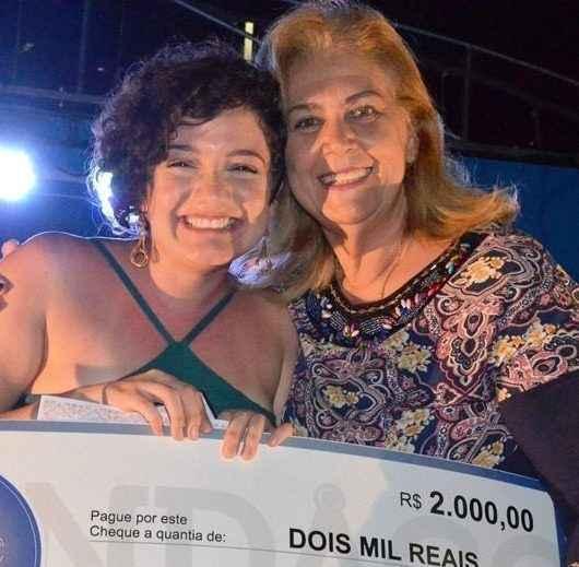 Luana Mascari é vencedora do Festival da Canção de Caraguatatuba 2019