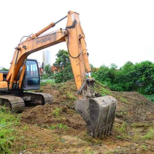 Prefeitura realiza desassoreamento e limpeza do canal da Alta Tensão, no Perequê-Mirim