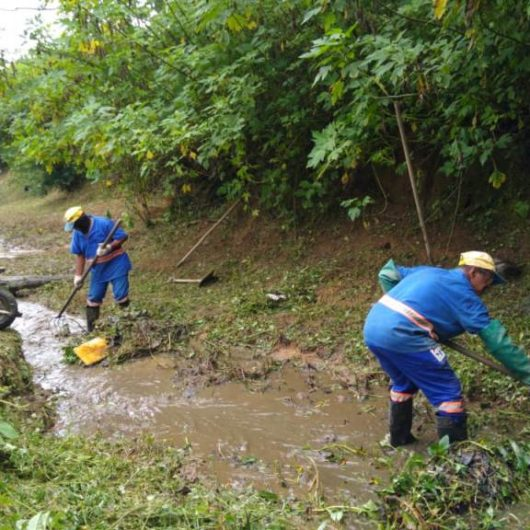 Prefeitura realiza desassoreamento e limpeza de valas no Jaraguazinho e Jardim Jaqueira