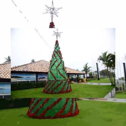 Avenida da Praia de Caraguatatuba ganha árvore de Natal feita de garrafas pets
