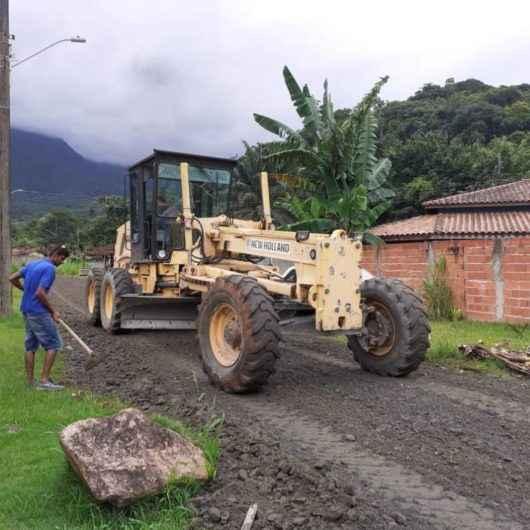 Prefeitura realiza nivelamentos em ruas do Capricórnio e Alto Jetuba