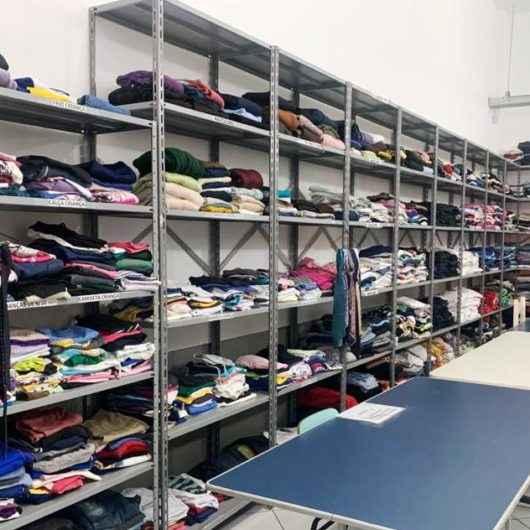 Fundo Social de Caraguatatuba arrecada roupas infantis e masculinas em bom estado