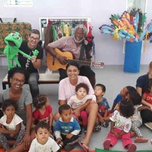 Casal de voluntários leva atividades lúdicas para crianças de Caraguatatuba