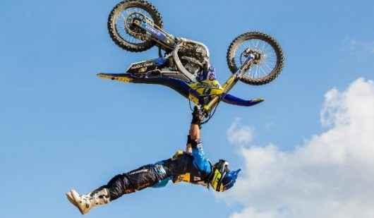 Show de manobras aéreas com motos abre Arena Verão Esportiva 2020 em Caraguatatuba