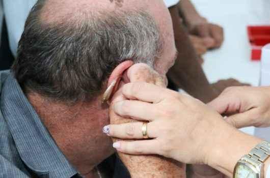 Caraguatatuba promove entrega de 130 aparelhos auditivos e zera fila de espera