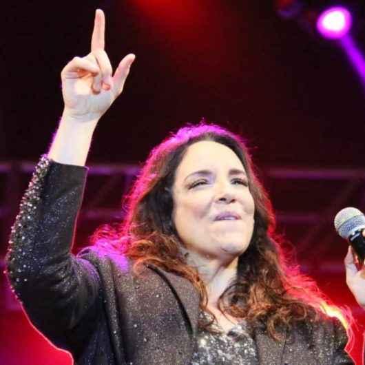 Ana Carolina leva multidão à Praça da Cultura
